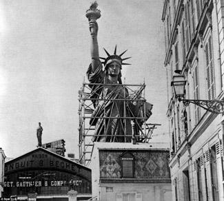 El 5 de agosto de 1884 tuvo lugar la colocación de la primera piedra del pedestal de la estatua de la Libertad que se hizo según el rito masónico. Asistieron más de un centenar de masones. El arquitecto principal del pedestal, Richard Morris Hunt, presentó las herramientas de trabajo al Gran Maestro, William A. Brodie, el cual las distribuyó por turnos a los oficiales de la Gran Logia de Nueva York, el Diputado Gran Maestro, Frank R. Lawrence, el Primer Gran Vigilante, John W. Vrooman, y el Segundo Gran Vigilante, James Ten Eyck