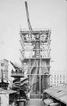 Montaje de la Estatua de la Libertad en los talleres de París.
